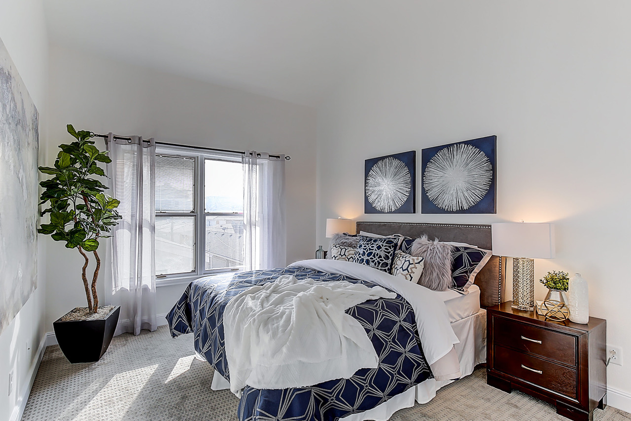 Home Staging Companies: Navy wins in this guest bedroom